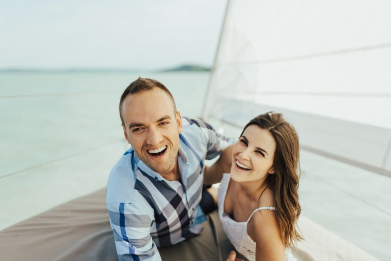 nevetés vitorlás balaton jegyes jegyesfotó laugh sailing boat lake bride groom menyasszony volegeny jegyben jaras