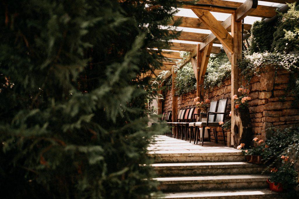 hotel gottwald tata fenyo fenyofa szekek lepcso termeszet nature pine pinetree venue