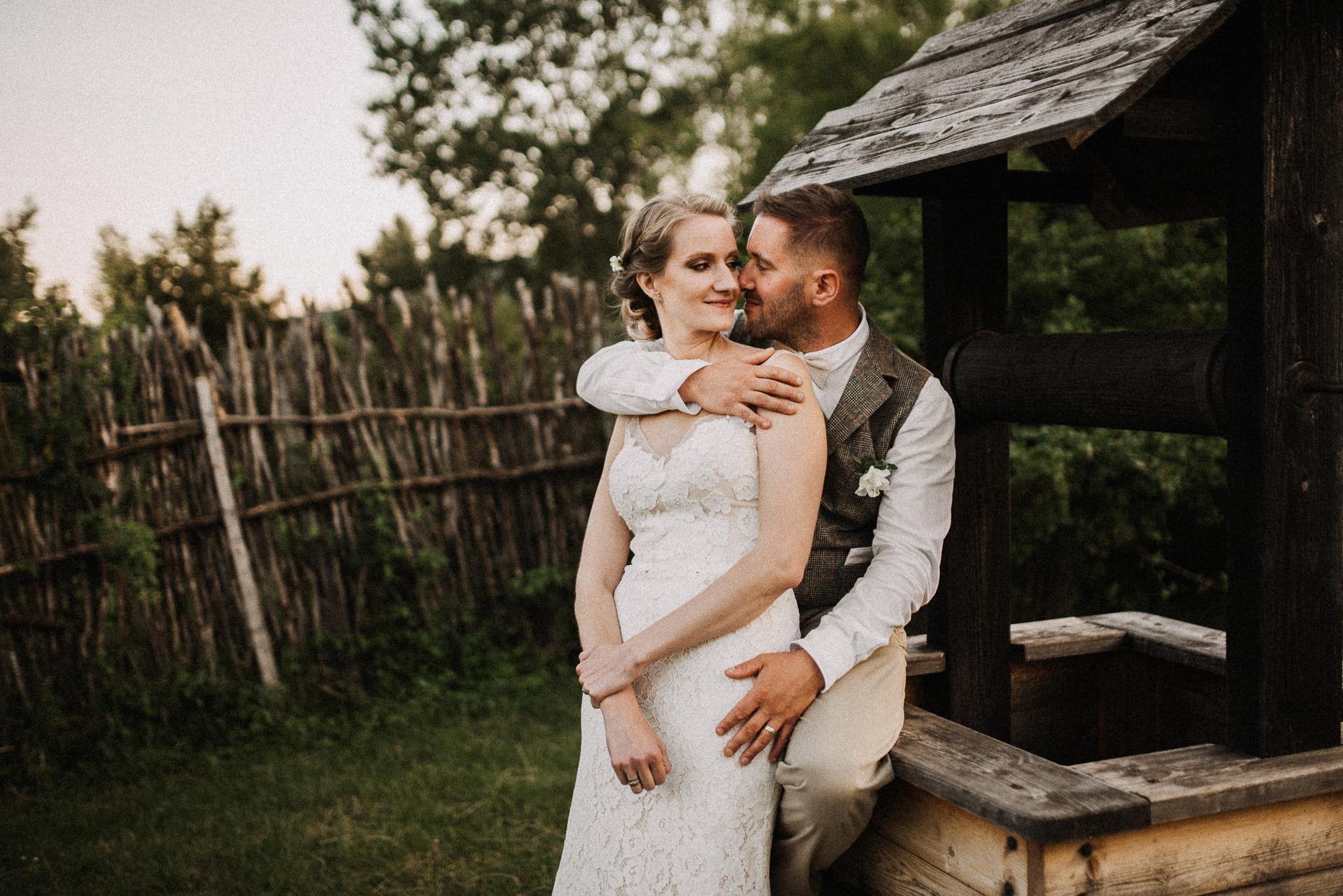 menyasszony volegeny bride groom oleles hug intimate meghitt eskuvo wedding galeria gallery kut well