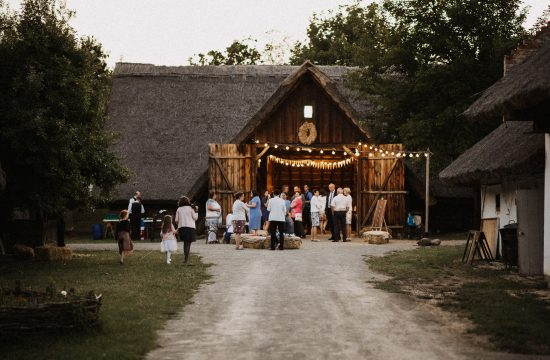 pajta eskuvo barn wedding rustic rural videk videki road ut lampas szentendre skanzen kisbodak