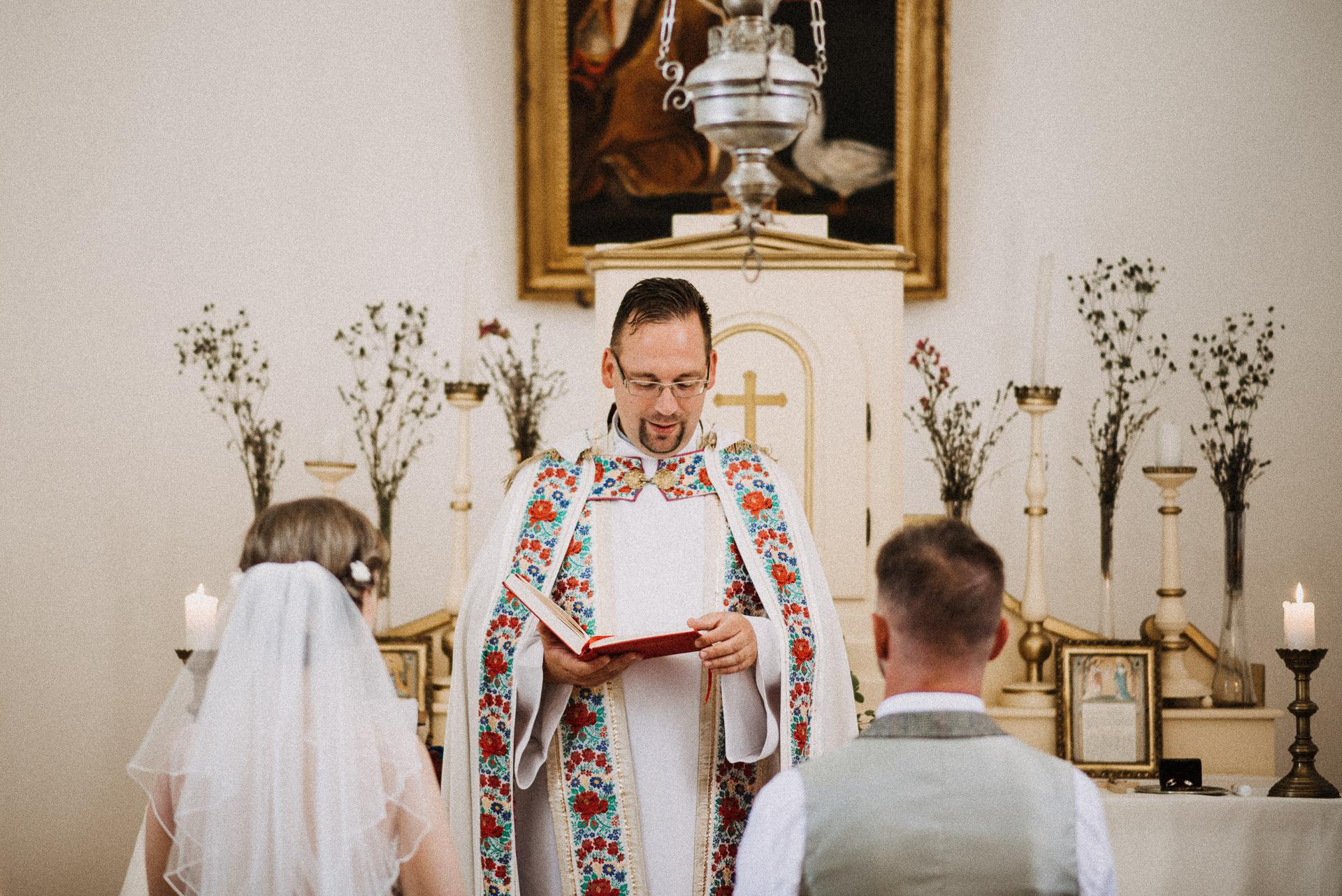 pap priest bride groom volegeny menyasszony szertartas ceremony