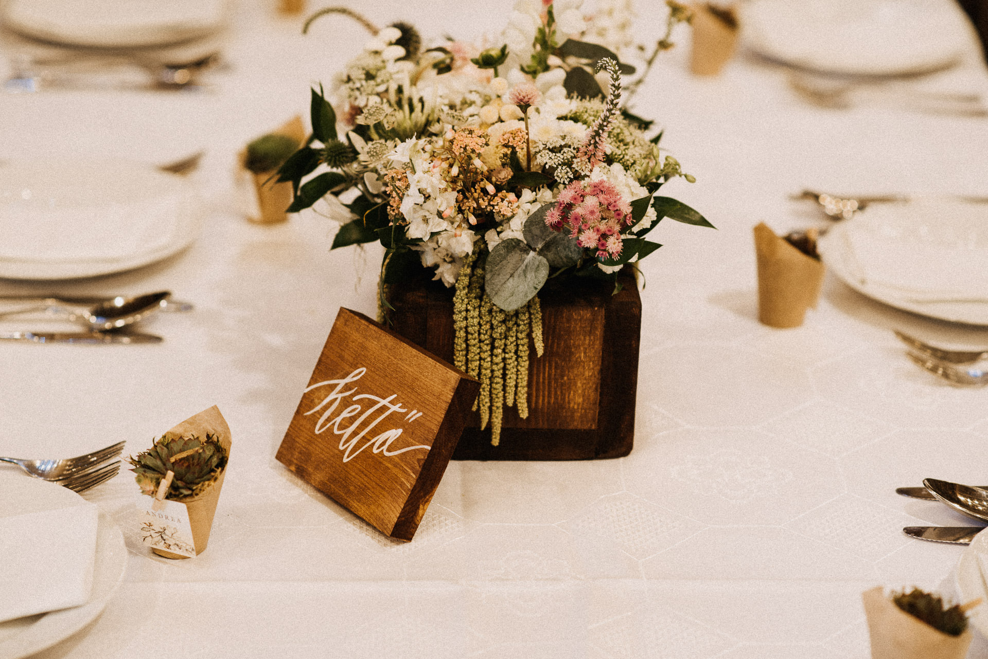 pajta asztal dekoracio eskuvo