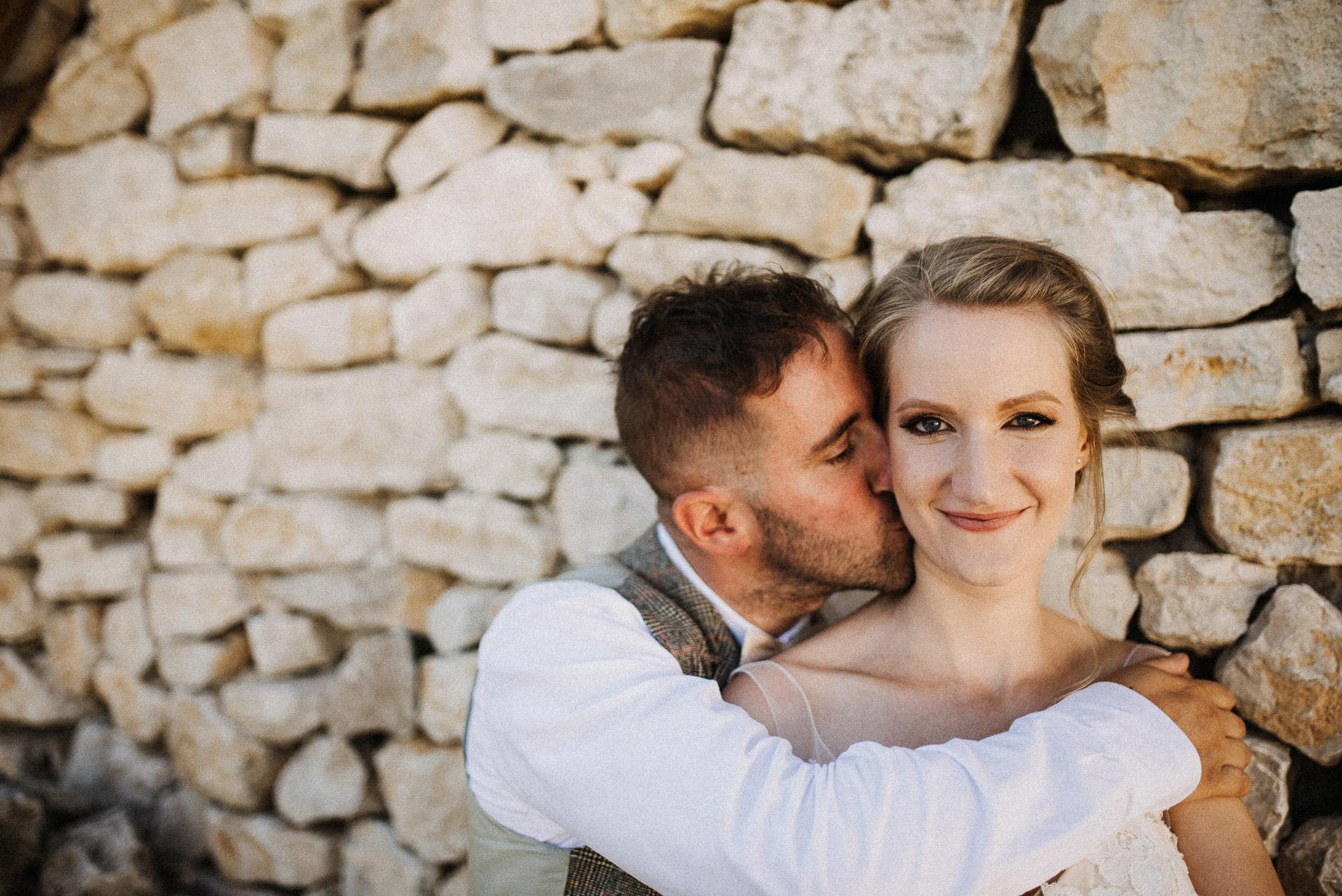 kreativ foto volegeny menyasszony csok nyak kiss neck