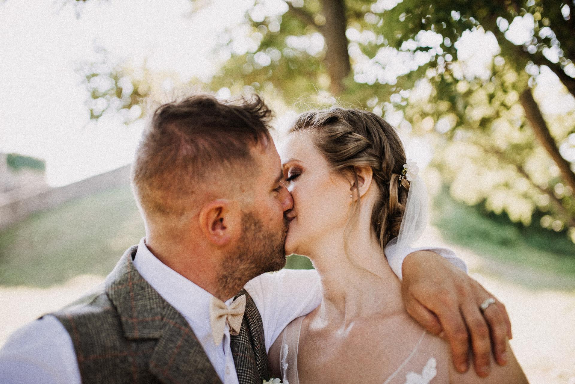 kreativ foto volegeny menyasszony csok kiss bride groom