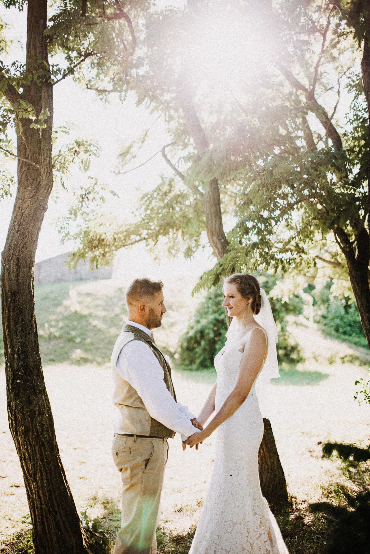 kreativ foto volegeny menyasszony holding hands kezen fogva