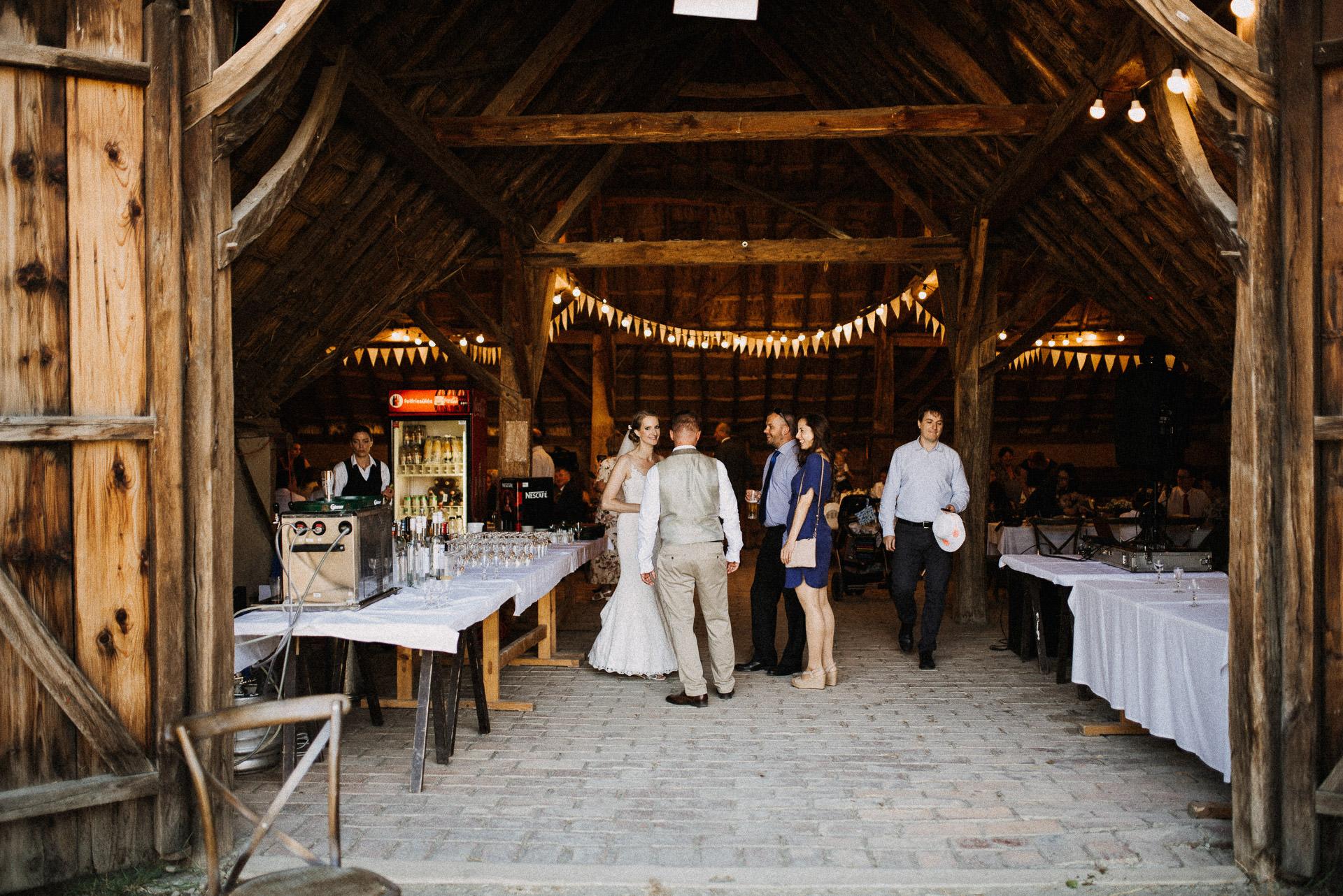 eskuvo pajta wedding barn