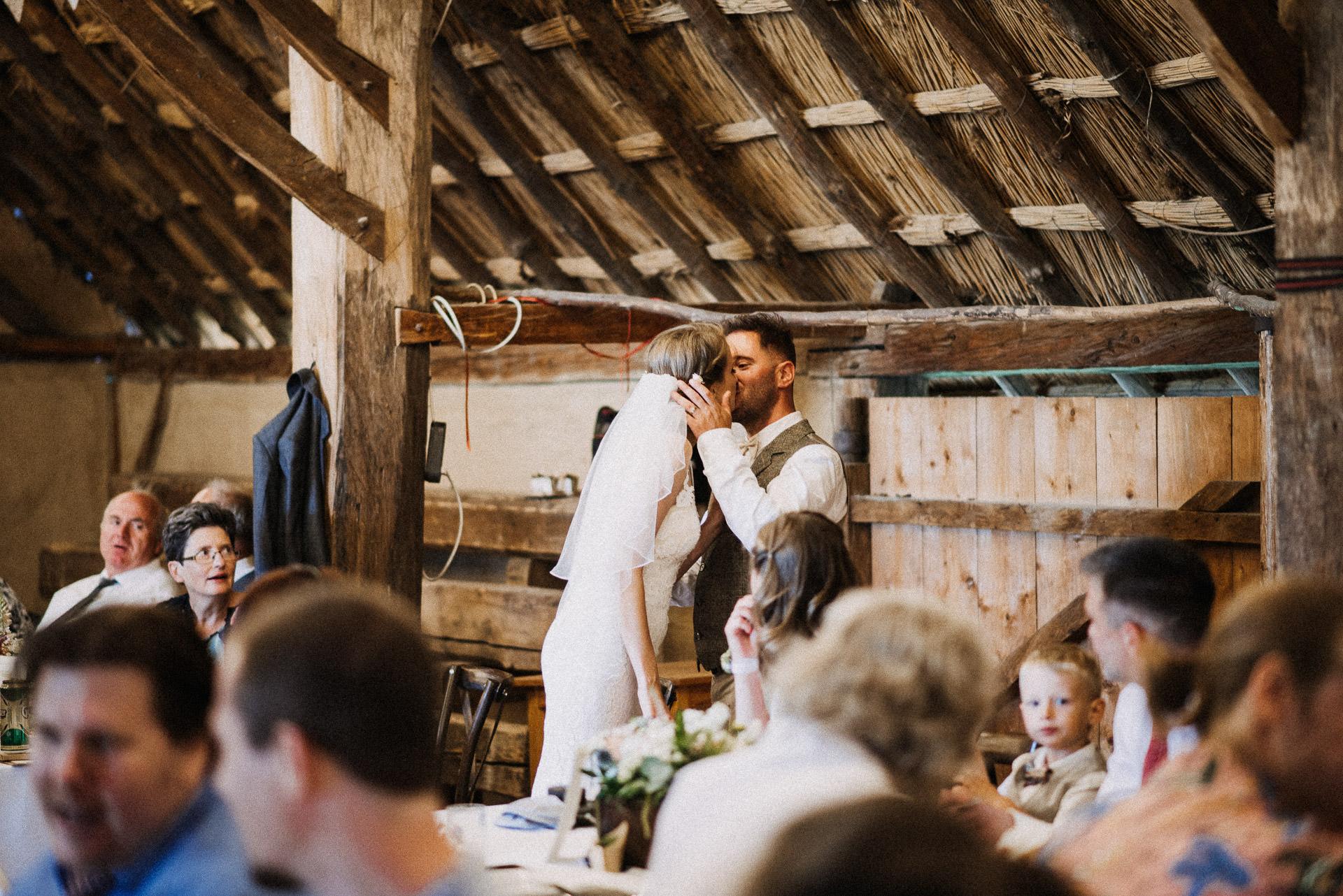 eskuvo pajta wedding barn kiss csok