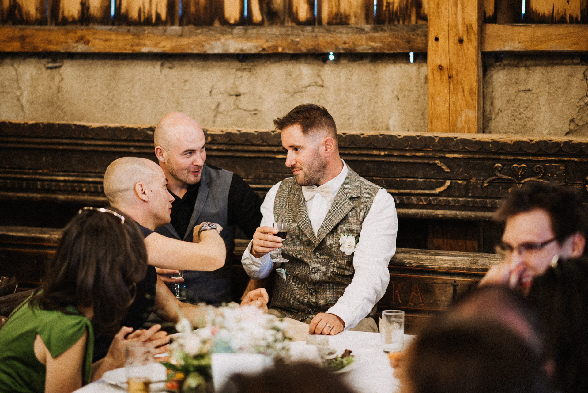 eskuvo pajta wedding barn groom friends baratok volegeny