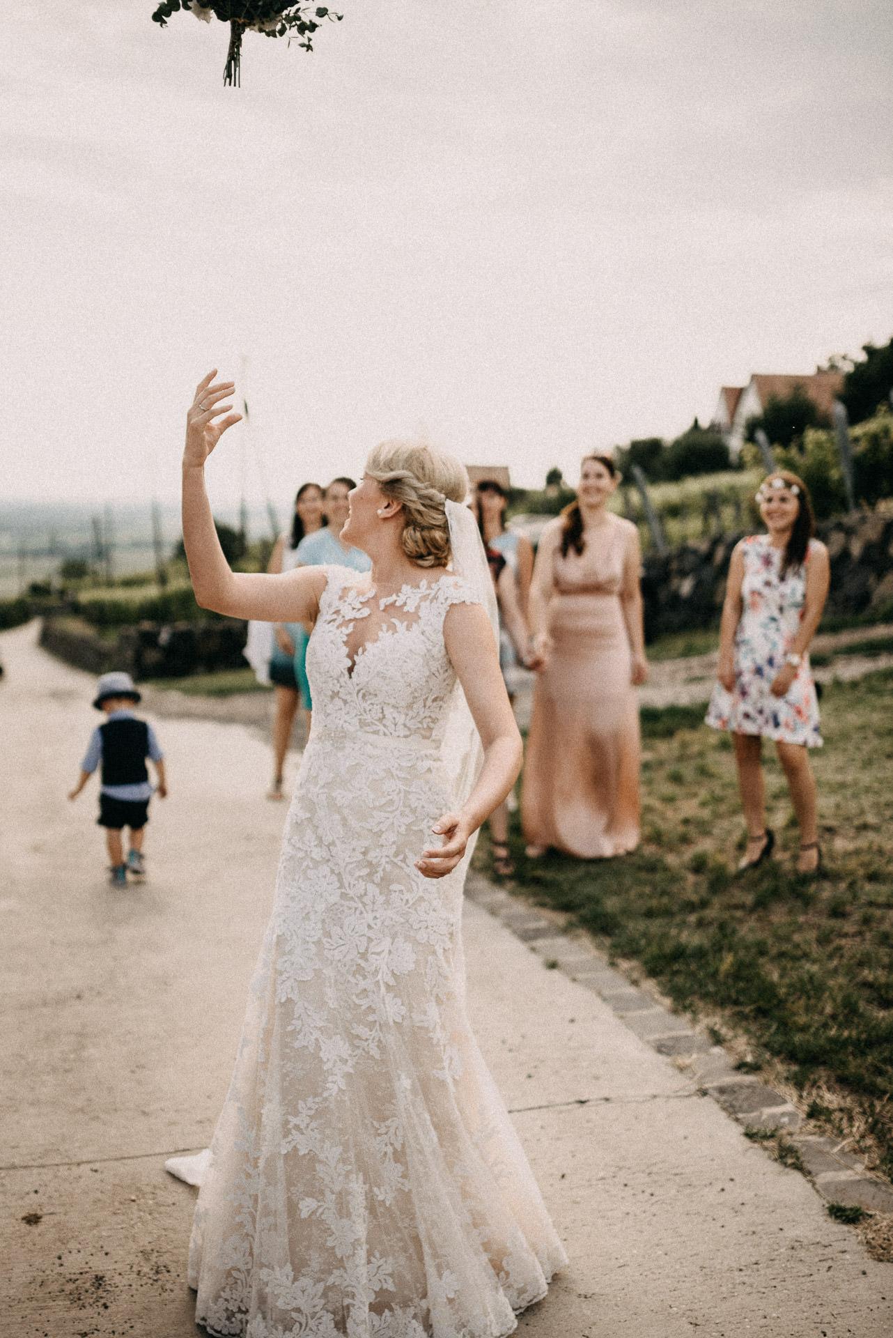 csokordobas tossing bouquet menyasszony bride