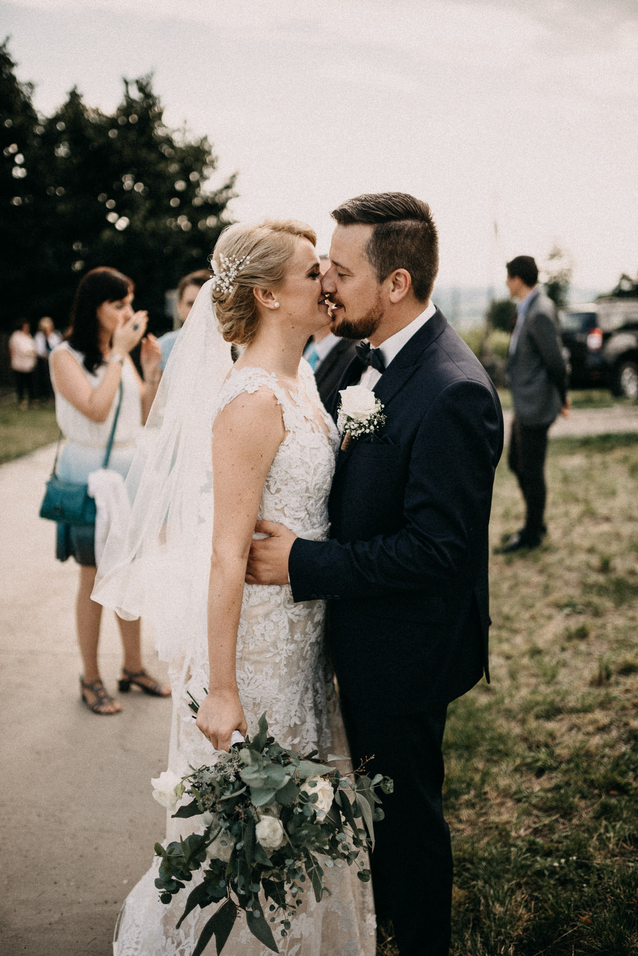 csok bride groom kiss volegeny menyasszony