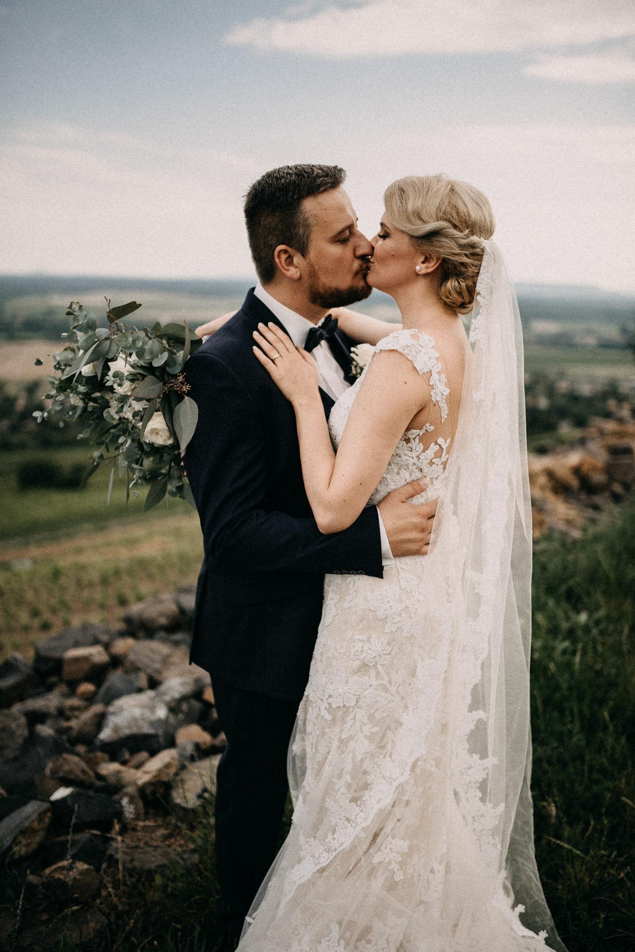 oleles menyasszony volegeny csok embrace bride groom