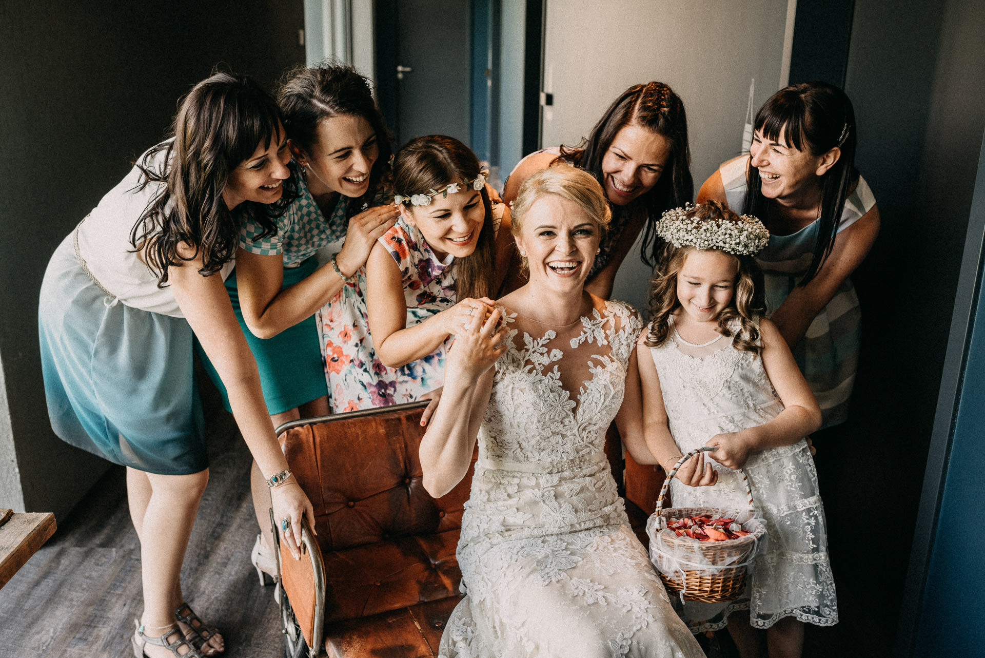 bridesmaids bride laugh group shot csoportkep koszoruslany nevetes jokedv