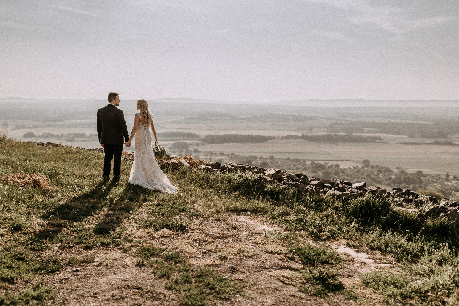 bride groom somlo hill holding hands kezen fogva volegeny menyasszony