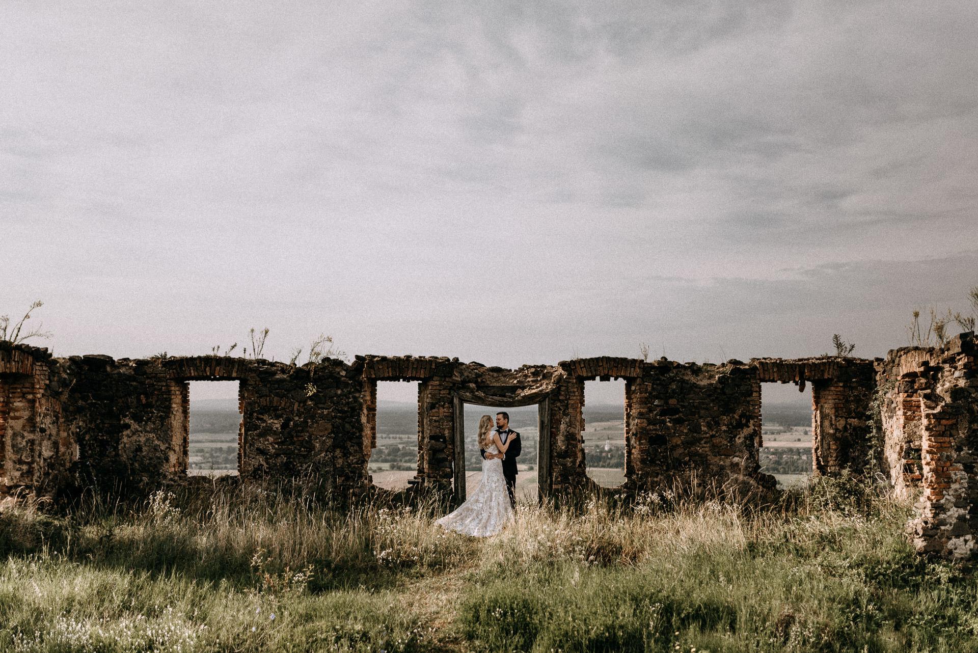 volegeny menyasszony rom ruin bride groom grass gaz