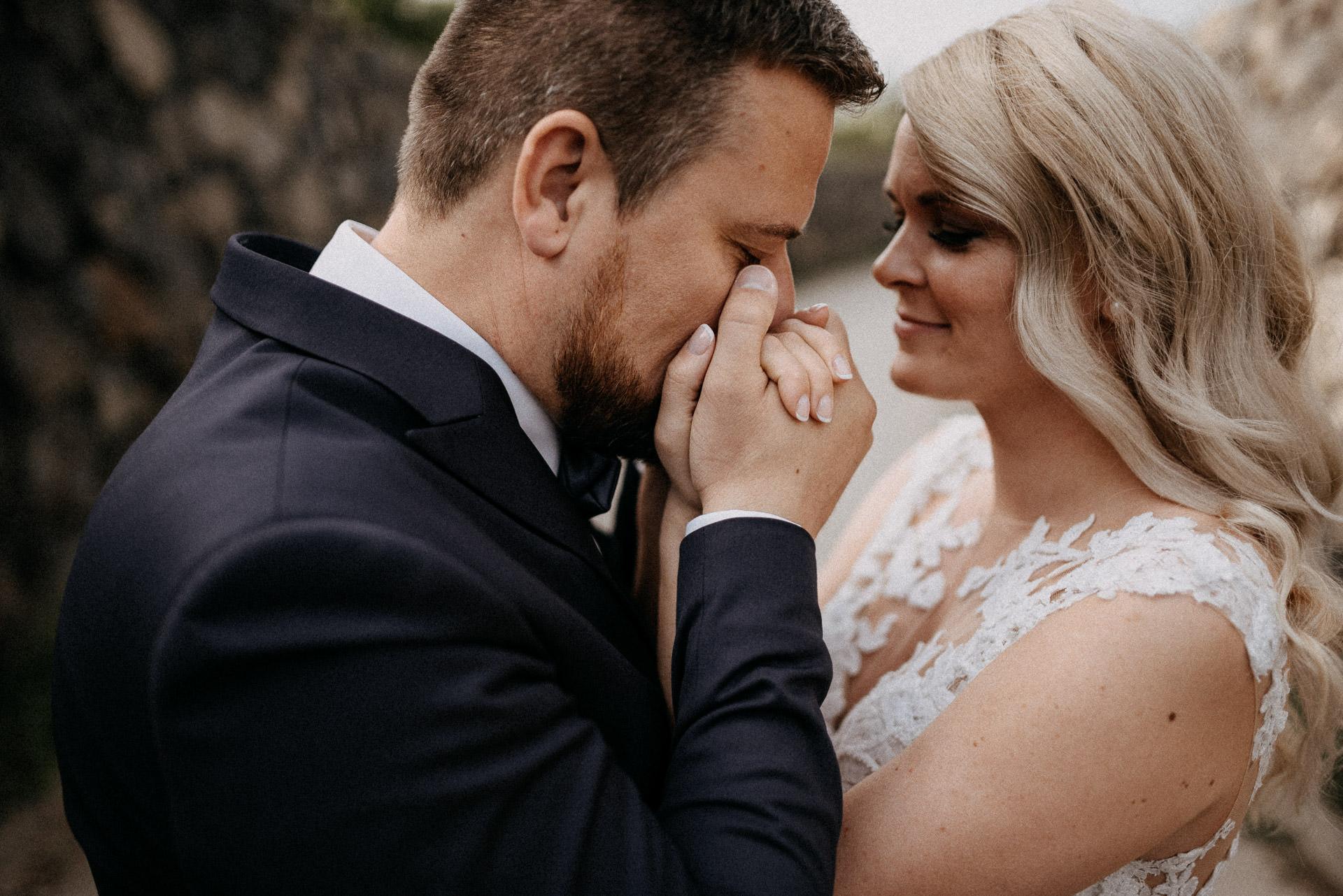 kiss kissing hands bride groom