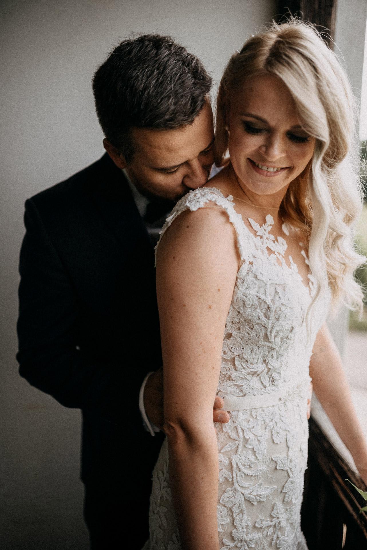 kiss csok bride groom menyasszony volegeny intimate meghitt