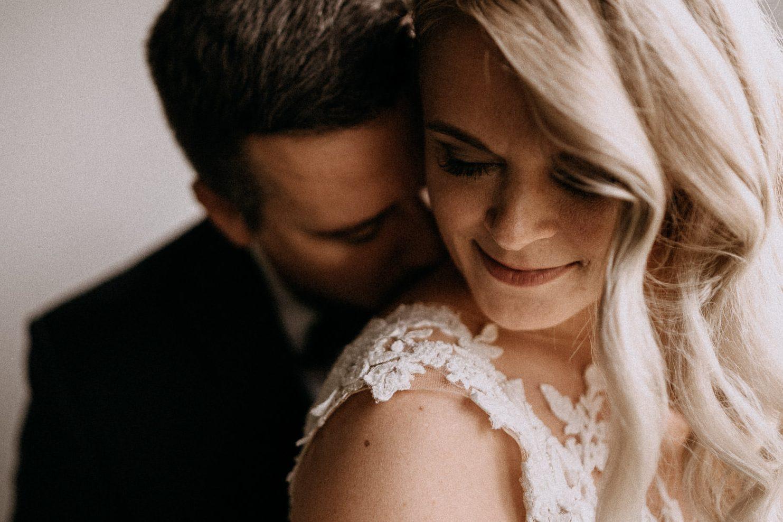 kiss csok bride groom menyasszony volegeny intimate meghitt romantikus