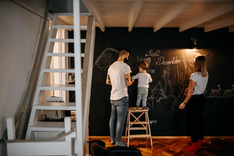 családi fotózás family session home otthon budapest tetovált tattoo hipster